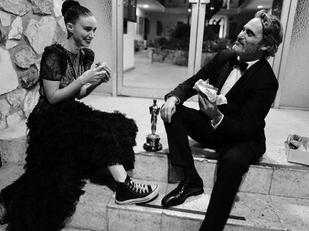 Joaquin Phoenix e a noiva comem hamburguer após o Oscar - Reprodução/Instagram