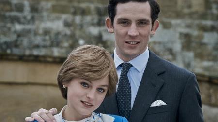 """Diana (Emma Corrin) e Charles (Josh O'Connor) posam juntos em """"The Crown"""" - Des Willie/Netflix"""
