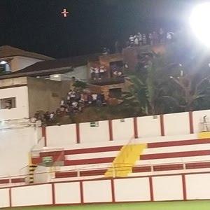 Torcedores do Vasco da Gama se aglomeram em obra vizinha ao estádio Almeidão, em Tombos (MG) - Arquivo Pessoal