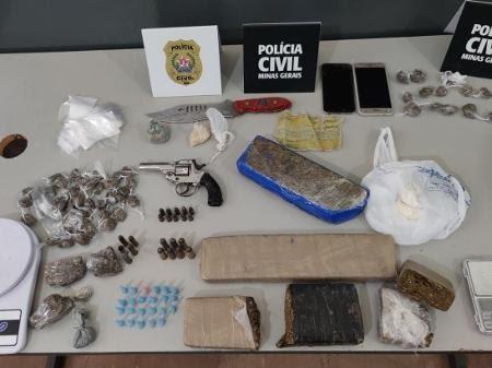 Além de entorpecentes, policiais encontraram uma arma de fogo e munições com o religioso - Polícia Civil/Divulgação