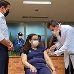 Técnica de enfermagem Liane Santana foi primeira a ser vacinada no Hospital das Clínicas de Campinas (SP), acompanhada de perto pelo governador de São Paulo, João Doria (PSDB) - Reprodução/Twitter