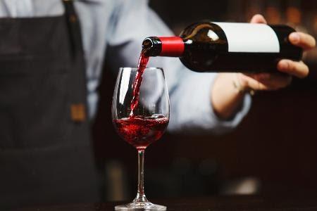 Design côncavo não tem como intuito ajudar na hora de servir o vinho na taça - iStockphotos